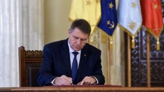 Iohannis a promulgat legea care interzice parlamentarilor să conducă activităţi comerciale