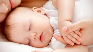 Lege promulgată. Plafonarea indemnizaţiilor pentru mame, în vigoare!