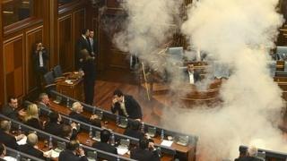Gaze lacrimogene în Adunarea din Kosovo