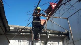Incendiu din cauza unei explozii, la Eforie Nord. O persoană, blocată în casă