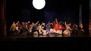 Lecții de stil, flori și cântec la teatru