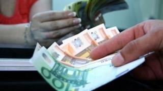 Leul se apreciază față de dolarul american și scade în fața euro