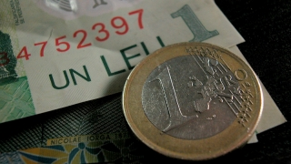 Leul scade față de dolar și crește în raport cu euro