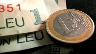 Leul continuă deprecierea față de euro și dolar