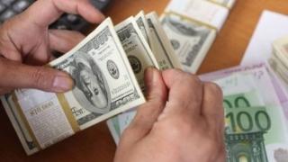 Leul pierde teren în fața dolarului