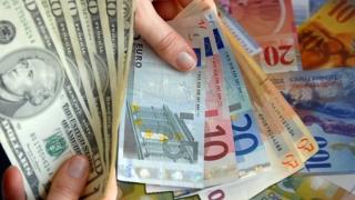 Leul s-a devalorizat față de euro și dolarul american