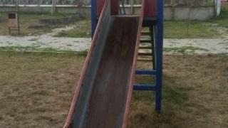 Copil de 6 ani, rănit grav la cap după ce a căzut de pe un tobogan