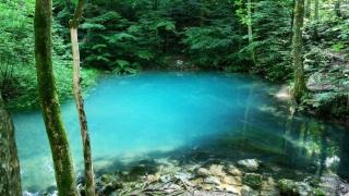 Locul unic în Europa unde apa îşi schimbă culoarea. L-aţi văzut?