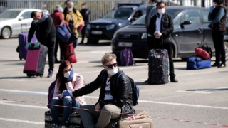 O cursă charter cu 150 de români plecaţi la muncă aterizează astăzi la Londra. Cum prezintă presa britanică sosirea muncitorilor