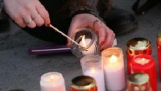 Buchete de flori și lumânări depuse în memoria  celor morți în accidentul de la Braşov
