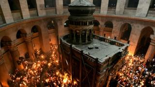 Cum se aprinde Sfânta Lumină de Paşti la mormântul Mântuitorului