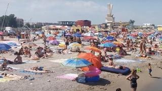 40 de tineri din Vaslui suspecţi de COVID-19 pe litoral
