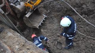 Salvare dificilă: un bărbat, prins sub un mal de pământ de 3 metri