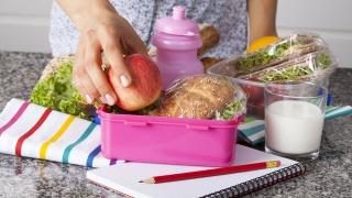 Ce vor mânca elevii la școală, în loc de corn şi lapte