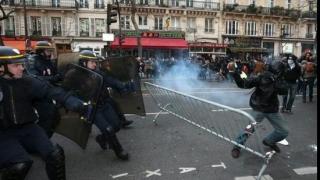 Ciocniri în timpul unor manifestații la Paris împotriva violențelor poliției