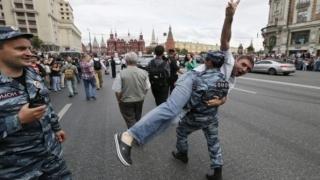 Aproximativ treizeci de manifestanţi ai opoziţiei ruse care au ieşit în stradă, reţinuţi la Moscova