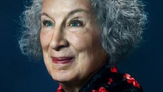 """Recompensă literară pentru scriitoarea Margaret Atwood, autoarea  best-seller-ului """"The Handmaid's Tale"""""""