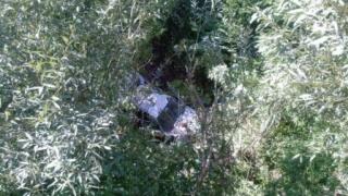 O adolescentă a murit după ce autoturismul în care se afla a plonjat într-o râpă