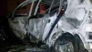 Mașină parcată, incendiată. Polițiștii cercetează