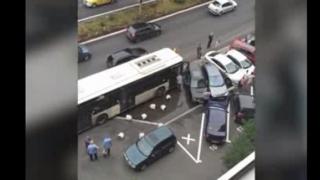 6 maşini distruse de un autobuz!