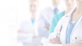 Medicii cercetaţi în cazul morţii unui bebeluş, operat la Sanador, sancţionaţi cu vot de blam