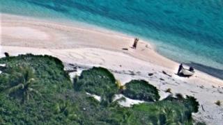 Un cuplu a fost salvat de pe o insulă nelocuită datorită mesajului SOS scris pe nisip