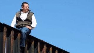 Politician mexican, cățărat pe zidul frontierei Mexic - SUA