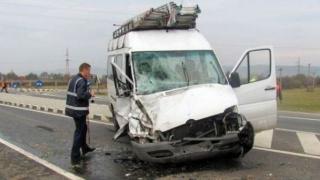 Ciocnire violentă între două mașini și un microbuz! 8 persoane spitalizate!