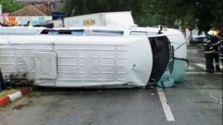 Şase persoane rănite după ce un microbuz s-a răsturnat