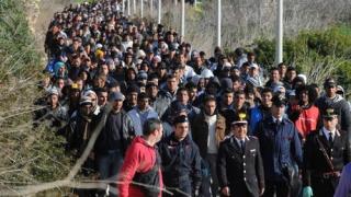 Marina și paza de coastă din Italia au recuperat patru cadavre și peste 700 de migranți în largul Libiei