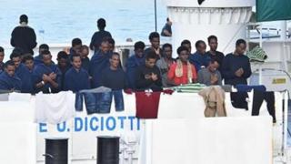 Mai mulți migranţi au primit permisiunea de a debarca în Italia