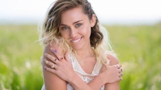 Miley Cyrus abordează un nou look pentru clipul la cel mai recent single