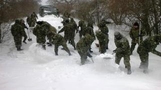 Militarii constănțeni continuă intervențiile în zonele afectate de viscol