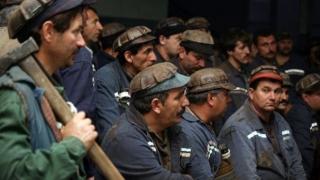 Aproximativ 300 de mineri protestează la mina Vulcan