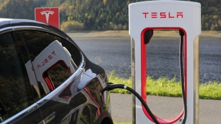 Moment istoric pentru Tesla. Compania lui Musk a depăşit Toyota şi devine cea mai valoroasă companie din industria auto