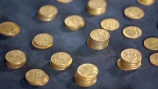 Sute de monede de aur, descoperite sub clapele unei pianine
