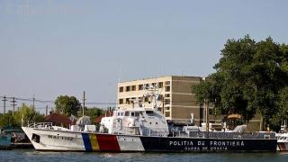 79 de persoane aflate pe o barcă în Marea Egee, salvate de polițiștii români