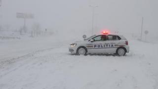 Probleme! TIR-uri blocate în nămeţi, drumuri închise şi zboruri anulate