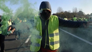 Noi proteste ale vestelor galbene în Franţa. Un bărbat a murit într-un accident