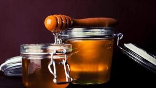 Nu e bine! Consumăm în fiecare zi 70 de g de zahăr şi doar trei grame de miere!