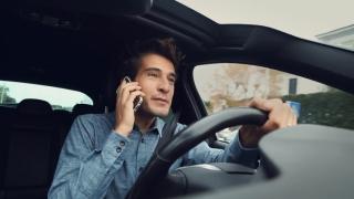Nu mai folosiţi mobilul la volan! Luaţi amendă mare!