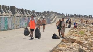 Nu o să-ți vină să crezi! Ce au găsit voluntarii pe plaja Modern și în apă