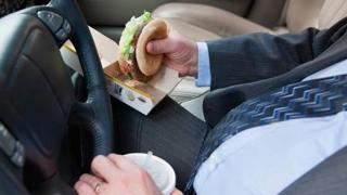 Nu-ți vine să crezi! Ce fac șoferii români când sunt la volan