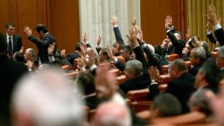 """Parlamentarii şi miniştrii, """"persoane expuse public"""" în Legea spălării banilor"""