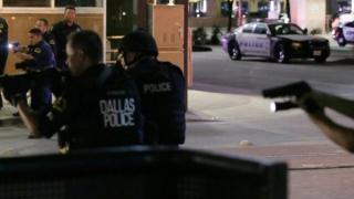 Cel mai dur atac armat din ultimul secol în SUA! Poliția negociază cu suspecții