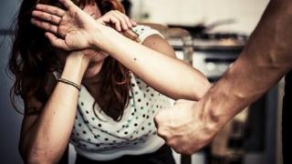 Ordin de protecție și dosar penal pentru soțul agresiv