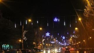 A început împodobirea arterelor din oraș cu ornamente pentru sărbătorile de iarnă