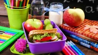 Pachețelul de la prânzul copiilor noştri, ieftin și nesănătos