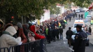 Peste 40.000 de pelerini au petrecut noaptea în frig pentru a se închina la moaștele Sf. Parascheva