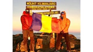 Doi constănțeni au înălțat tricolorul pe celebrul Kilimanjaro